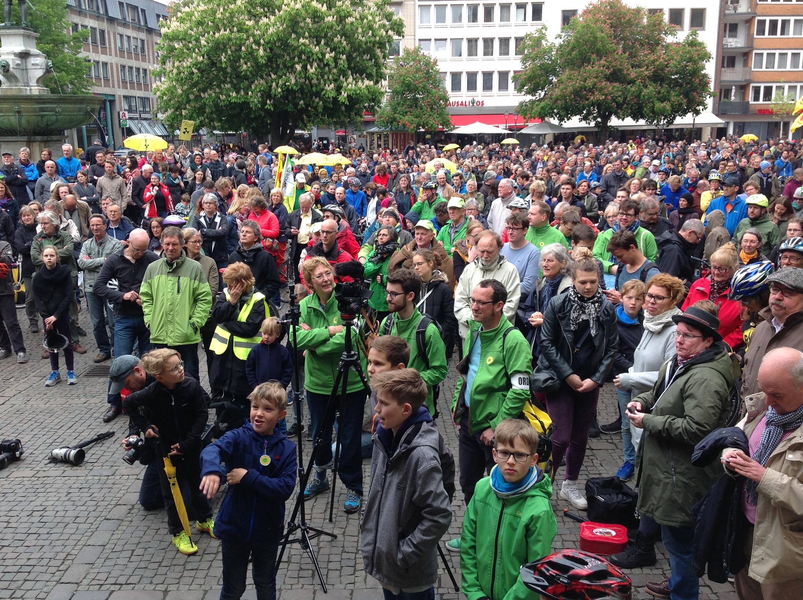Mehrere tausend Menschen radelten gegen Tihange!